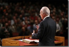 John-MacArthur-in-pulpit_thumb.jpg